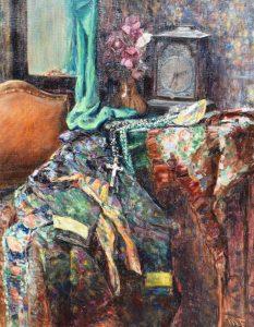 Margarete Frühling: Interieur mit Kommode, zahlreichen bunten Tüchern und Stoffen, Schale, Halsketten, Vase und Uhr