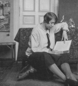 Jeanne Mammen um 1924-26 im Atelier (© Förderverein der Jeanne-Mammen-Stiftung e.V.)