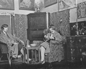 Jeanne Mammen um 1924-28 im Atelier mit ihrer Schwester Marie Louise (© Förderverein der Jeanne-Mammen-Stiftung e.V.)