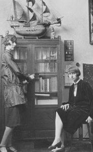 Jeanne Mammen um 1924-1928 im Atelier mit ihrer Schwester Marie Louise (© Förderverein der Jeanne-Mammen-Stiftung e.V.)