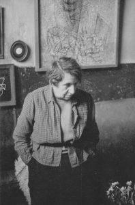 Jeanne Mammen um 1970 im Atelier (© Förderverein der Jeanne-Mammen-Stiftung e.V.)
