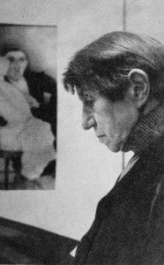 Jeanne Mammen im Jahre 1971 während einer Ausstellung in der Galerie Brockstedt (© Förderverein der Jeanne-Mammen-Stiftung e.V.)