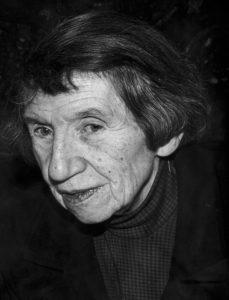 Jeanne Mammen im Jahre 1975 im Atelier (© Förderverein der Jeanne-Mammen-Stiftung e.V.)